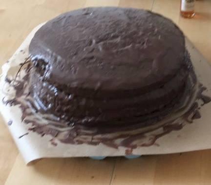 Hab gerade meine erste Torte ever gebacken. Das Fundament steht. Geburtstagsbrun…