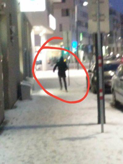 Strange. Grad einen komischen Typen aus der Richtung Schindegger Wohnung laufen gesehen.